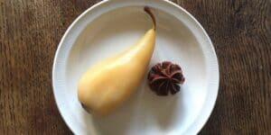 Poire pochée au gingembre et ganache chocolat gingembre