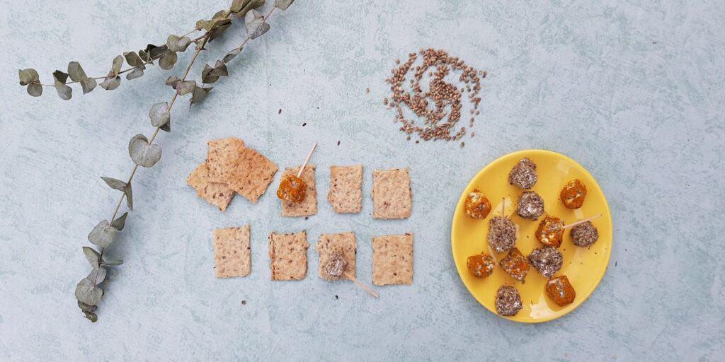 Crackers et bouchées de chèvre frais aux graines de chanvre